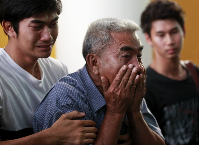 Relatives cry as they remove the body of Suwan Sudmun, a Thai victim of Monday's bomb blast, at the Institute of Forensic Medicine in Bangkok, Thailand, August 18, 2015. Thai authorities said on Tuesday they were looking for a suspect seen on closed-circuit television (CCTV) footage near the renowned shrine where a bomb blast killed 22 people, including nine foreigners from several Asian countries.  REUTERS/Chaiwat Subprasom