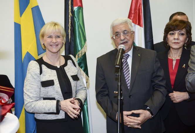 Palestinian President Mahmoud Abbas speaks next to Swedish Foreign Minister Margot Wallstrom (L) during the inauguration of the Embassy of Palestine in central Stockholm February 10, 2015. REUTERS/Fredrik Sandberg/TT News Agency (SWEDEN - Tags: POLITICS) ATTENTION EDITORS - SWEDEN OUT. NO COMMERCIAL OR EDITORIAL SALES IN SWEDEN. THIS IMAGE HAS BEEN SUPPLIED BY A THIRD PARTY. IT IS DISTRIBUTED, EXACTLY AS RECEIVED BY REUTERS, AS A SERVICE TO CLIENTS
