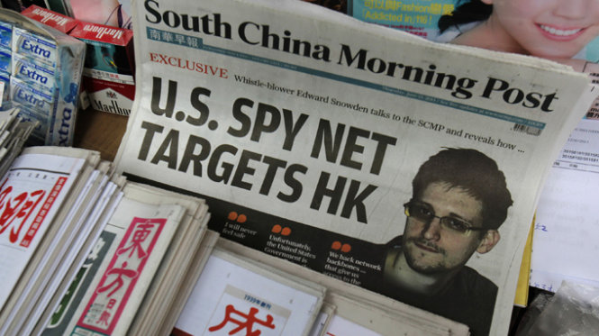 A copy of the South China Morning Post newspaper, carrying the latest interview of Edward Snowden, is displayed on a newspaper stand along with local Chinese newspapers in Hong Kong June 13, 2013. Fresh revelations by former CIA employee Snowden have raised concerns that the NSA may have hacked into Hong Kong's key internet exchange, which handles nearly all the Chinese territory's domestic web traffic. REUTERS/Bobby Yip (CHINA - Tags: POLITICS SCIENCE TECHNOLOGY MEDIA)