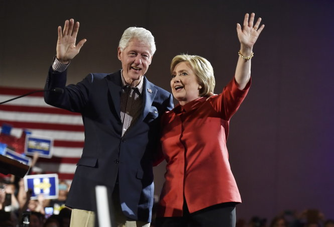 Democratic U.S. presidential candidate Hillary Clinton and her husband former President Bill Clinton wave to supporters after she was projected to be the winner in the Democratic caucuses in Las Vegas, Nevada February 20, 2016. REUTERS/David Becker