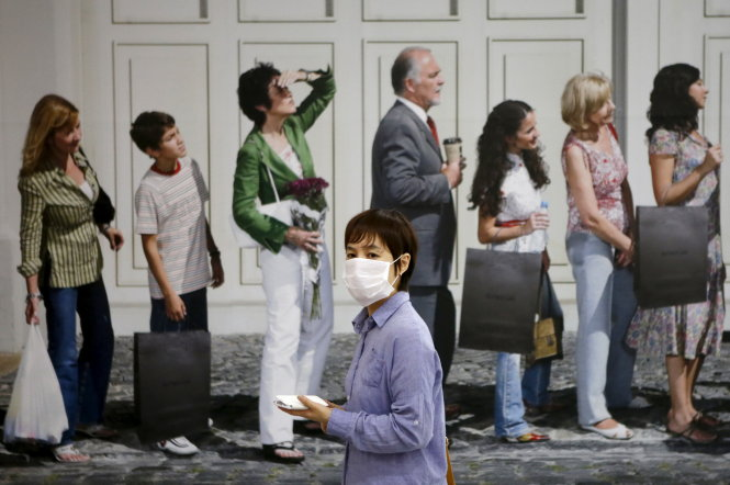 A woman wearing a mask to prevent contracting Middle East Respiratory Syndrome (MERS) walks at an underground shopping district in Seoul, South Korea, June 19, 2015. An outbreak of Middle East Respiratory Syndrome (MERS) in South Korea appears to have levelled off, a health official said on Friday, as the country reported just one new patient, a day after Thailand reported its first case. REUTERS/Kim Hong-Ji TPX IMAGES OF THE DAY