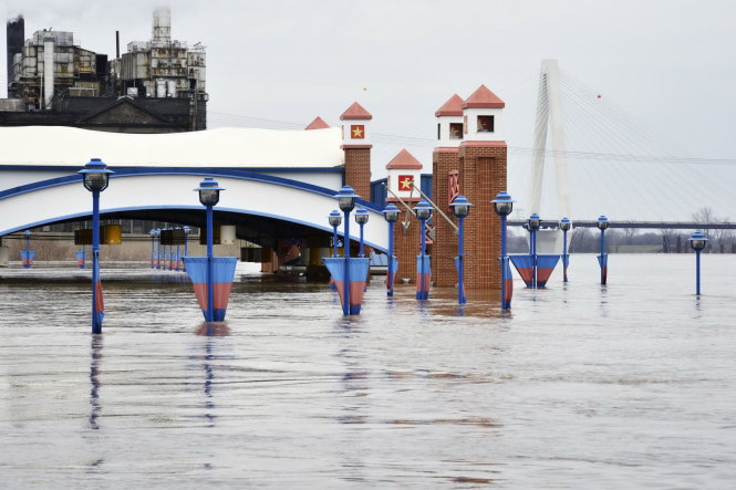 The Mississippi River is pictured flooding parts of downtown St. Louis, Missouri December 31, 2015. Missouri and Illinois were bracing for more flooding on Thursday as rain-swollen rivers, some at record heights, overflowed their banks, washing out hundreds of structures and leaving thousands of people displaced from their homes. REUTERS/Kate Munsch