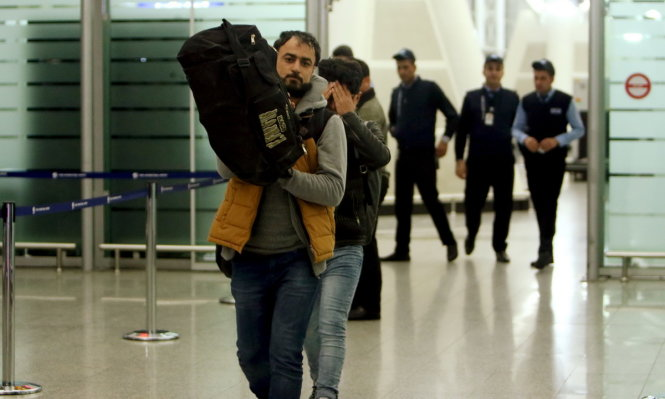 Iraqi refugees returning from Germany arrive at Erbil airport in Iraq January 27, 2016. REUTERS/Azad Lashkari