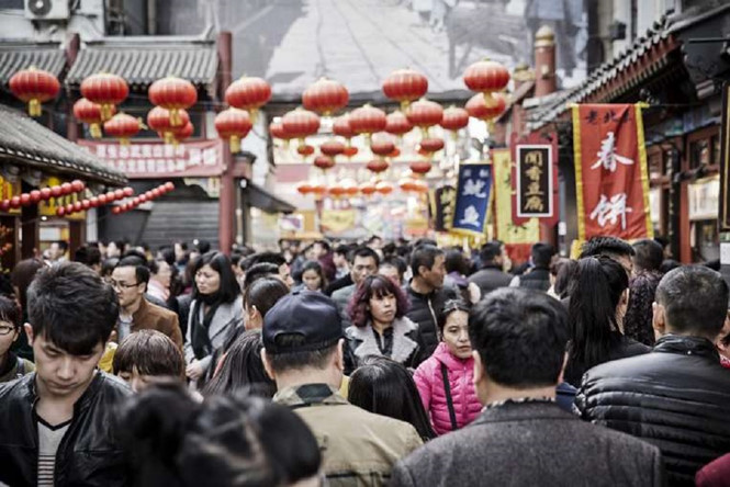 shopperswalkpaststallsatastreetmarketinbeijing-china-economy_bloomberg_XMKS