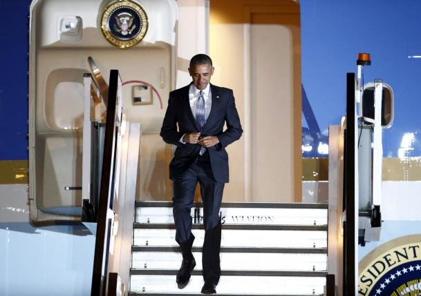 U.S. President Barack Obama walks down the steps of Air Force One as he arrives at Stansted Airport near London, Britain, April 21, 2016. REUTERS/Peter Nicholls