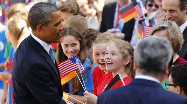 "U.S. President Barack Obama greets children as he walks with his German counterpart Joachim Gauck (R) at Schloss Bellevue in Berlin June 19, 2013. Obama will unveil plans for a sharp reduction in nuclear warheads in a landmark speech at the Brandenburg Gate on Wednesday that comes 50 years after John F. Kennedy declared ""Ich bin ein Berliner"" in a defiant Cold War address. REUTERS/Kevin Lamarque (GERMANY - Tags: POLITICS)"